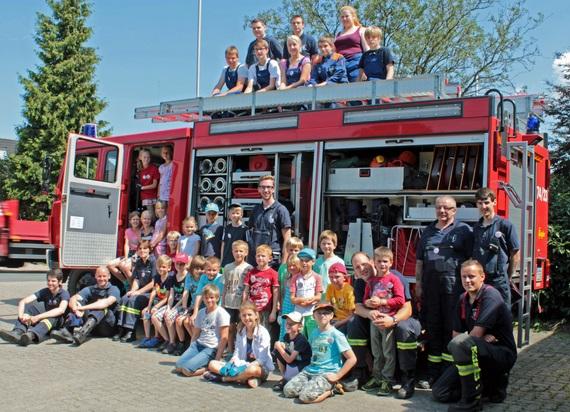 Kinder und Helfer des Ferienprogramms auf einem TLF16 (Tanklöschfahrzeug)