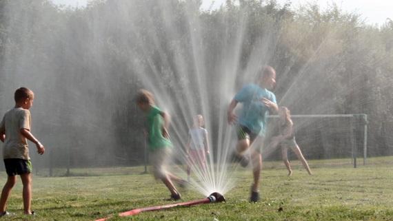 Am Schluss des heißen Ferientages war der Sprung durch die Fontäne des Wasserwerfers angesagt.