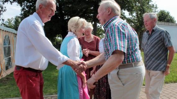 Adolf und Ursula Assmann haben das Fest organisiert und begrüßen 120 Gäste vor dem bayerischen Festzelt