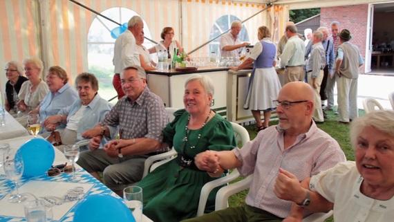 Zur Musik der Blaskapelle Möhnsen wurde beim Sommerfest der Senioren-Union kräftig geschunkelt